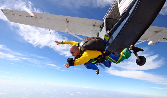Fallschirmsprung aus dem Flugzeug
